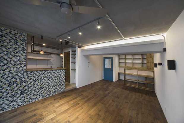 広々としたリビングと個性的なキッチンを持つお家